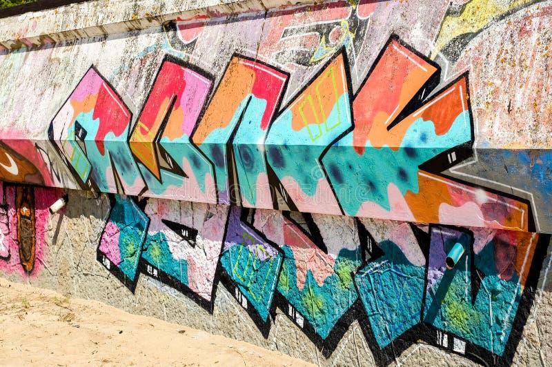 Heilige-Petersburg Rusland 31 07 2018 Mooie de graffitistijl van de straatkunst De muur is verfraaid met de abstracte verf van he stock afbeeldingen