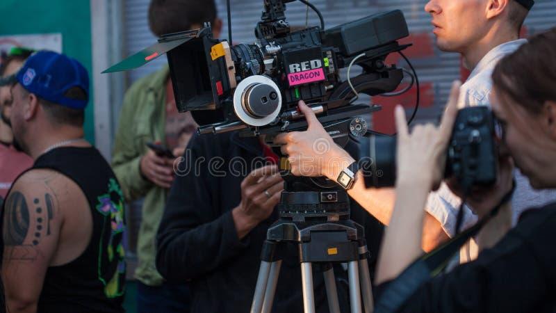 HEILIGE PETERSBURG, RUSLAND - OKTOBER 31, 2018: Filmbemanning op Plaats 4K camera Cinematographer royalty-vrije stock fotografie