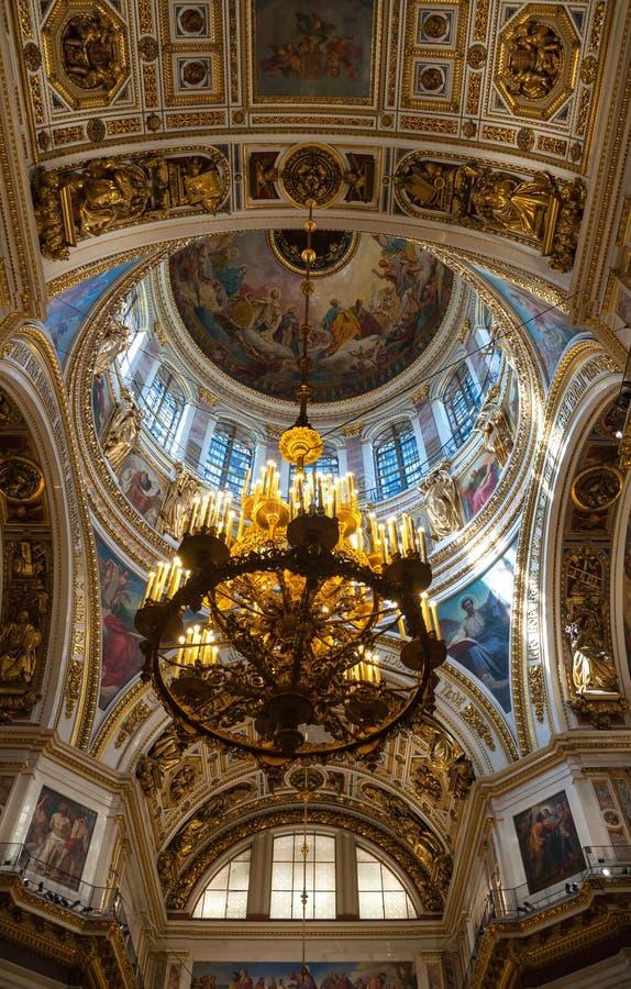 Heilige Petersburg, Rusland Overspannen plafond met vensters en kroonluchter onder de centrale koepel van St Isaac Cathedral royalty-vrije stock afbeelding