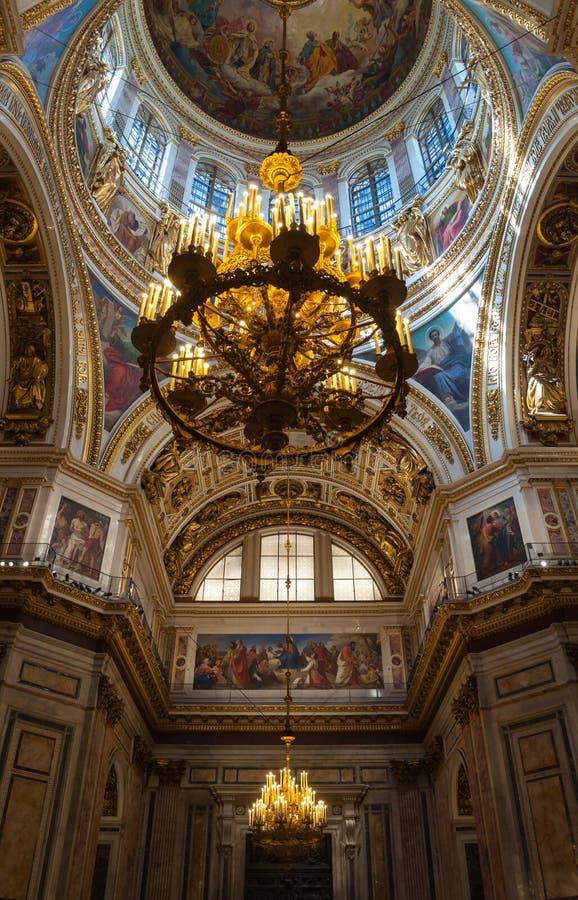 Heilige Petersburg, Rusland Plafond met vensters en kroonluchter onder de centrale koepel van St Isaac Cathedral stock foto