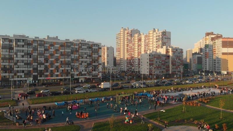 HEILIGE PETERSBURG, RUSLAND - SEPTEMBER 11, 2018: Kudrovodistrict van de stad met high-rise flatgebouwen stock foto's