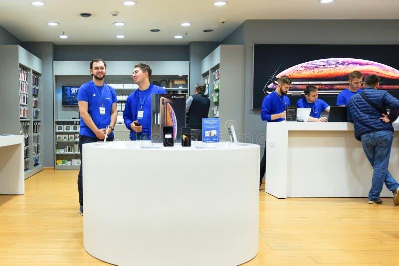 Heilige-Petersburg Rusland 10 15 2018 Smartphone-verkopers De verkoper keurt betaling via Betaalpaslezer en smartphone goed stock foto