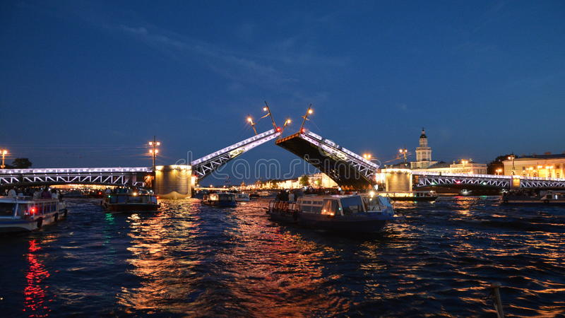 Heilige - Petersburg - scheidingsbrug stock fotografie