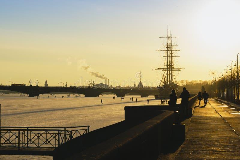 Heilige-Petersburg Zondagzonsondergang royalty-vrije stock afbeelding