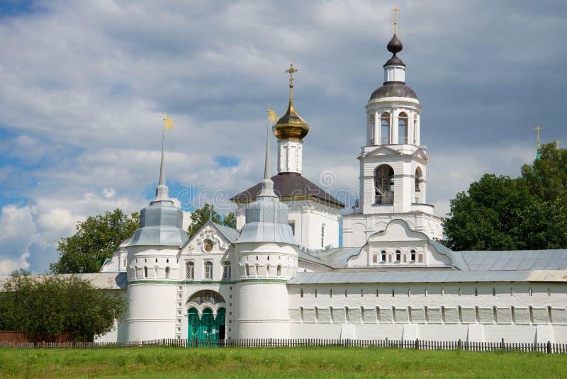 Heilige poorten en Kerk van Sinterklaas in het klooster van Vvedensky Tolgsky Yaroslavl, Gouden ring van Rusland stock afbeelding