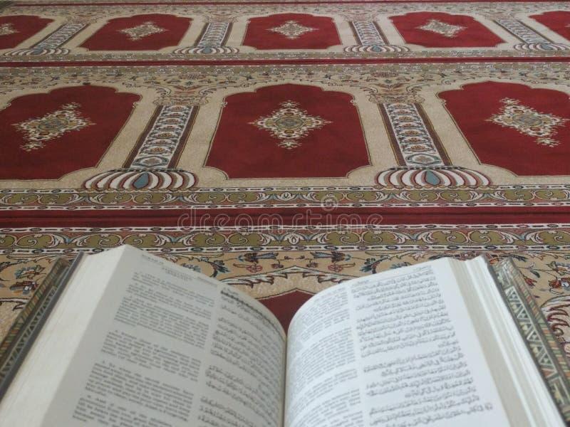 Heilige Quran in het Engels en Arabisch op een mooi oostelijk-Patroon stileerde Deken royalty-vrije stock afbeeldingen