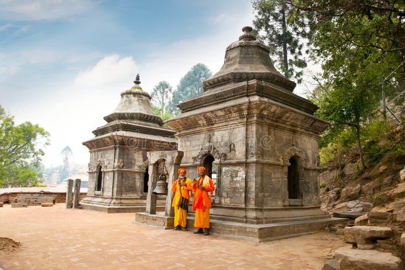 Heilige Sadhu die in Pashupatinath-Tempel zegenen. Katmandu, Nepal. stock foto