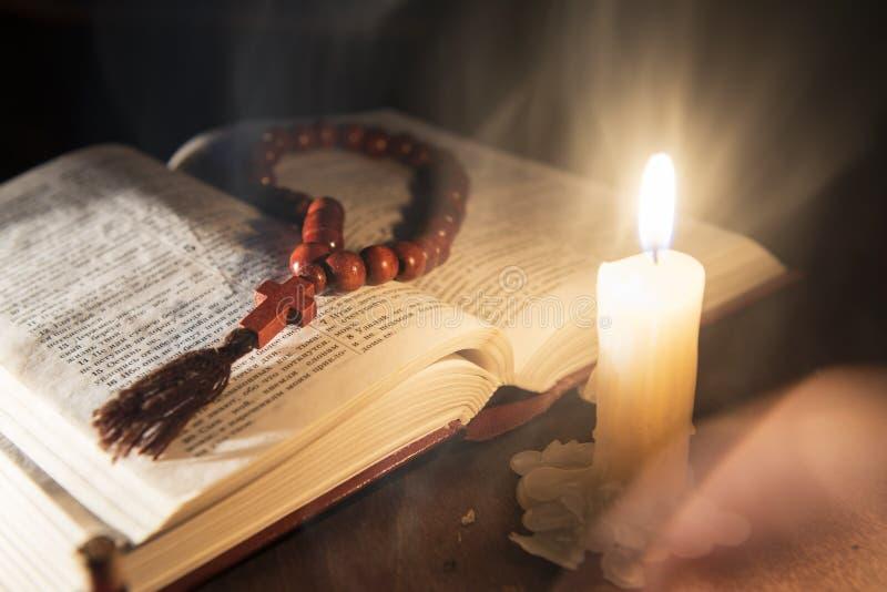 Heilige Schrift und Kreuz auf einem hölzernen Hintergrund lizenzfreie stockfotos
