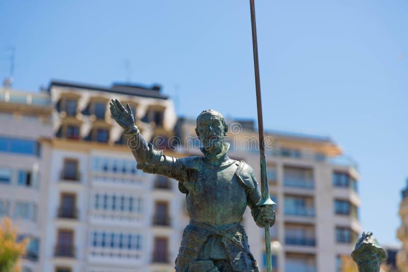 Heilige Sebastian Spanje – 10 05 2019: Trek het bronsstandbeeld Heilige Sebastian van Don Quichot aan royalty-vrije stock foto's