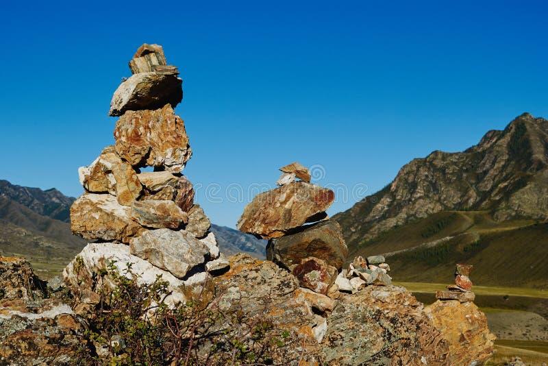 Heilige Steinpyramiden anstatt der Stärke in Altai-Bergen stockbild