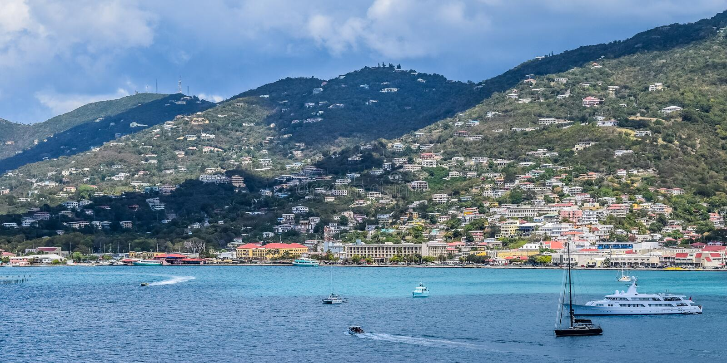 Heilige Thomas, de Maagdelijke Eilanden van de V.S. - 31 Maart 2014: Plaatsen van de oceaan, de kustlijn en de bergen royalty-vrije stock afbeeldingen