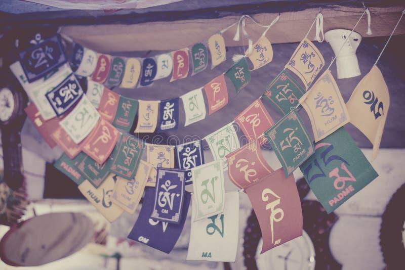 Heilige tibetanische Gebetsflaggen mit shlokas stockfotografie