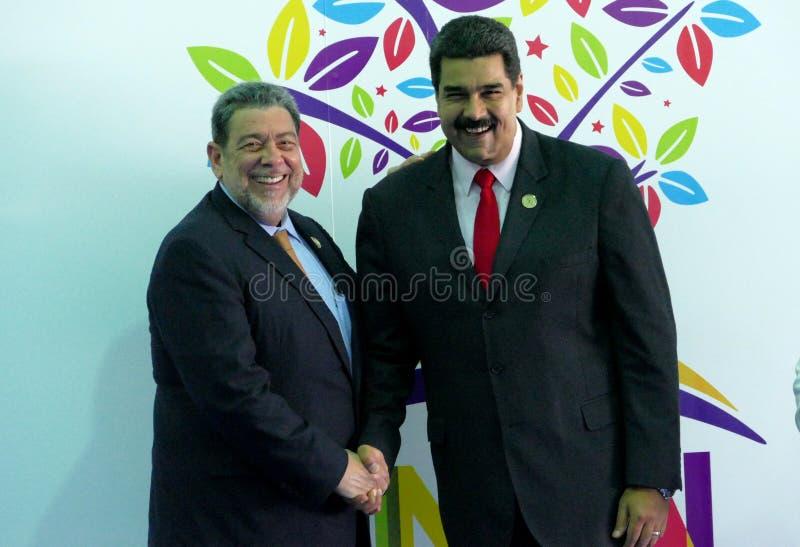 Heilige-Vincent en de Grenadineseerste minister Ralph Gonsalves begroeten Venezolaanse President Nicolas Maduro royalty-vrije stock foto