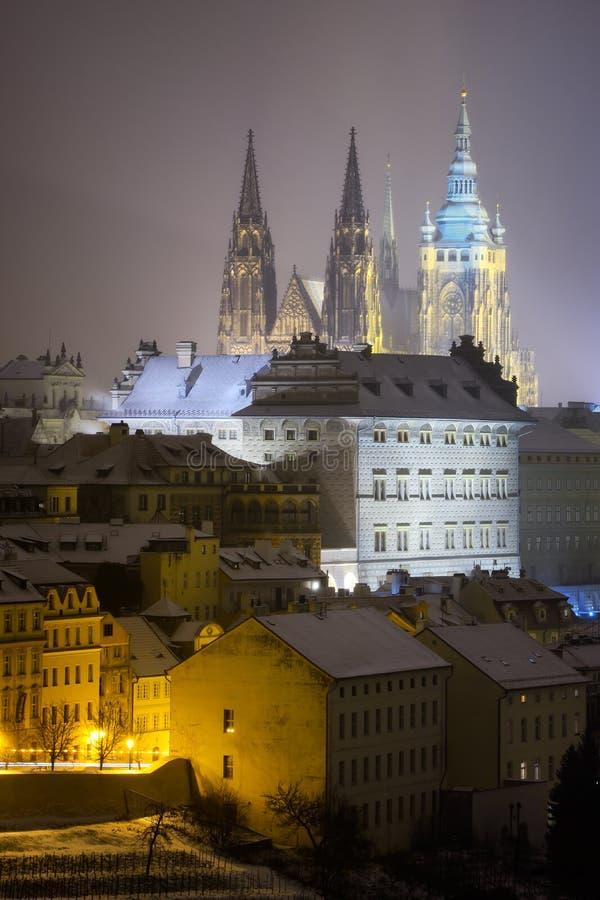 Heilige Vitus Cathedral Sneeuwatmosfeer tijdens de winternacht Unesco, Praag, Tsjechische republiek stock fotografie