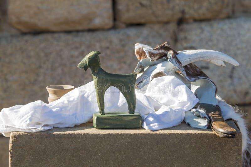 Heilige voorwerpen over altaar voor oude heidense rite stock afbeelding