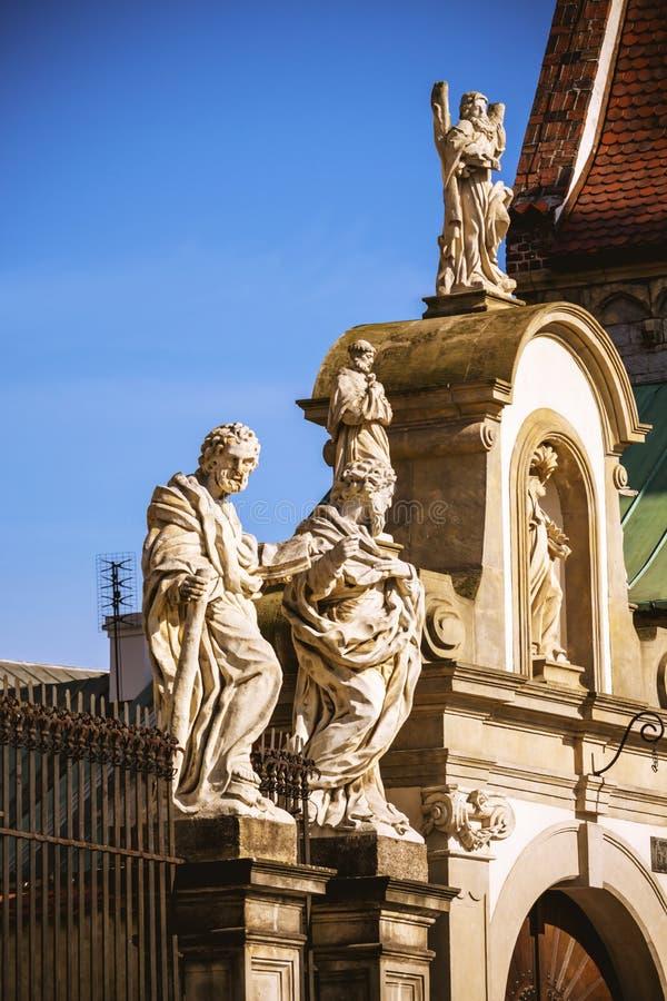 Heiligen Peter en Paul Church-voorgevel in Krakau Standbeelden van de Apostelen stock afbeeldingen