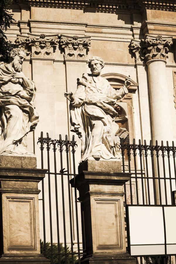 Heiligen Peter en Paul Church-voorgevel in Krakau Standbeelden van de Apostelen royalty-vrije stock afbeelding