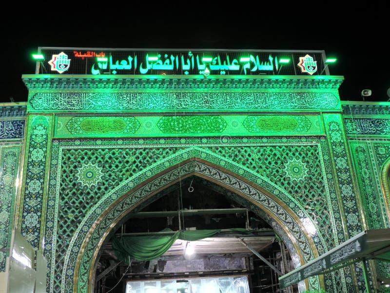 Am heiligen Schrein von Abbas Ibn Ali beleuchten, Kerbela, der Irak nachts lizenzfreie stockfotos