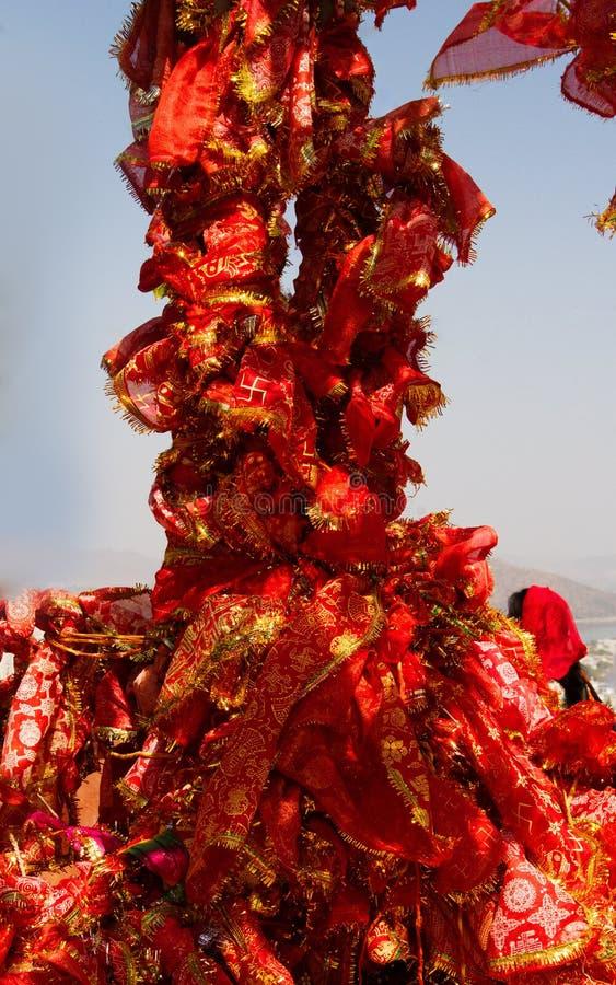 heiliger Baum mit roten Taschentüchern lizenzfreie stockfotografie