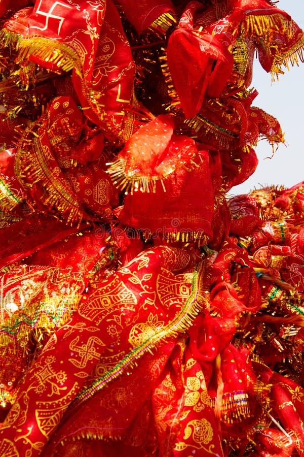 heiliger Baum mit roten Taschentüchern stockfotografie