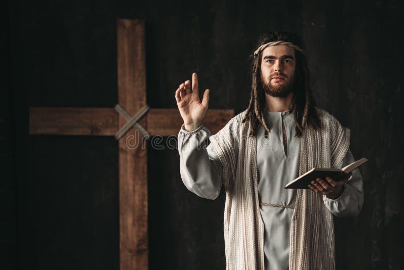 Heiliger Jesus Christ, der mit biblischem in den Händen betet stockfotos
