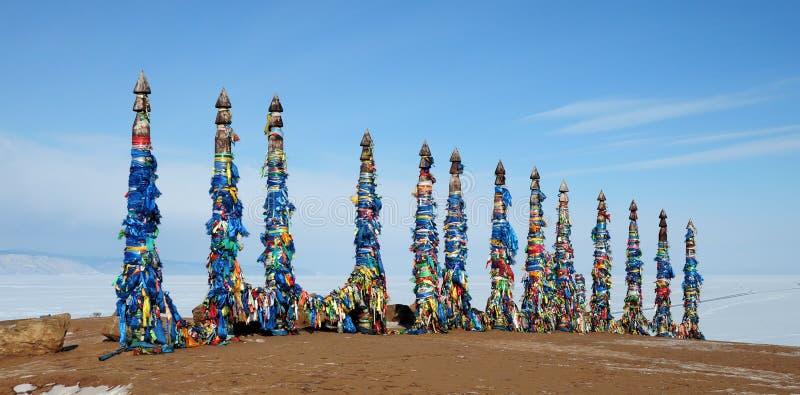 Heiliger Platz Buryat-Medizinmänner Hölzerne Pfosten mit Bändern lizenzfreie stockfotografie