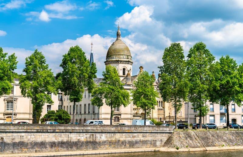 Heiliges Julien Chapel auf der Bank des Mayennes in Laval, Frankreich lizenzfreie stockfotos