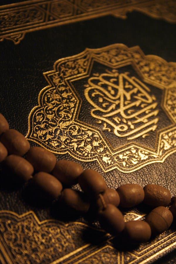 Heiliges Koran Buch u. Rosenbeet lizenzfreie stockbilder