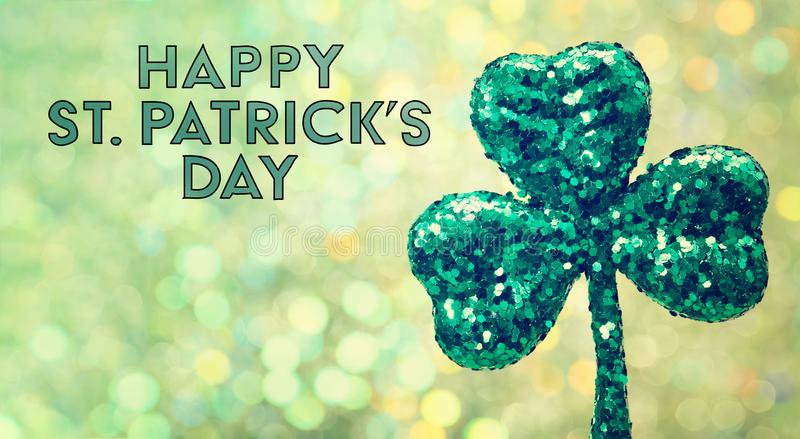 Heiliges Patricks-Tagesgrün-Kleeverzierung lizenzfreies stockbild