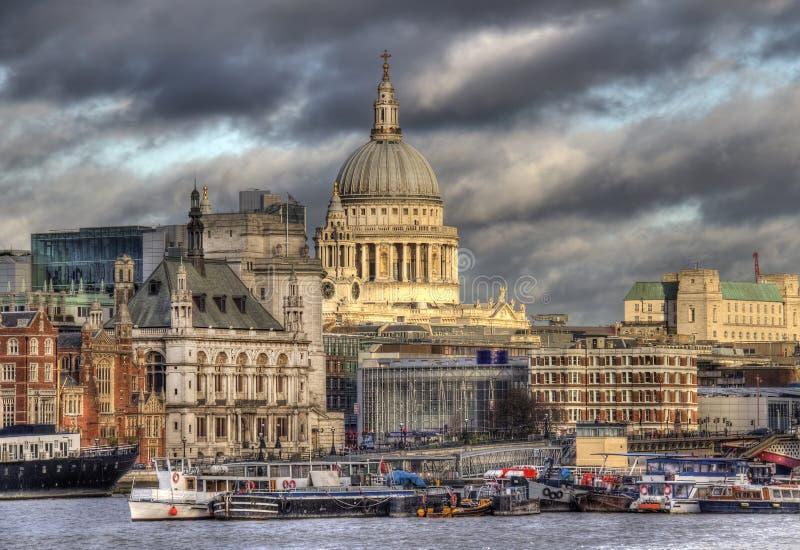 Heiliges Pauls Cathedral in London über von der Themse stockfotos
