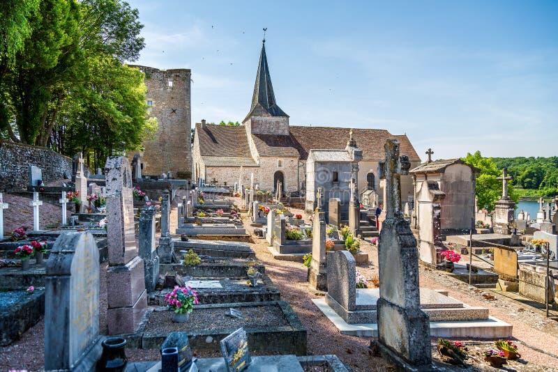 Heiliges Sernin Church und Kirchhof in St Sernin du Bois, Burgunder, Frankreich lizenzfreies stockfoto