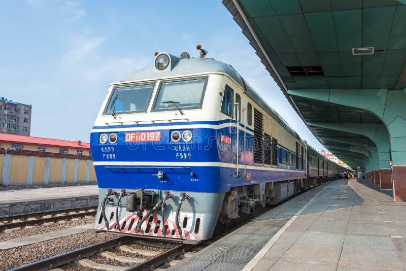 HEILONGJIANG, CHINE - 24 juillet 2015 : Lo de diesel des chemins de fer DF11 de la Chine photo stock