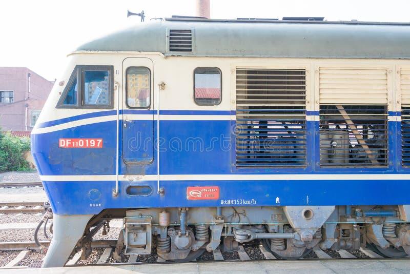 HEILONGJIANG, CHINE - 24 juillet 2015 : Lo de diesel des chemins de fer DF11 de la Chine images stock