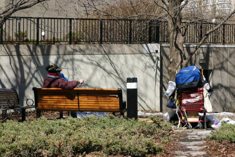Heimatlose Person im Park lizenzfreies stockfoto