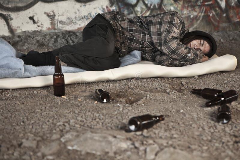 Heimatloser alkoholischer Mann lizenzfreie stockfotos