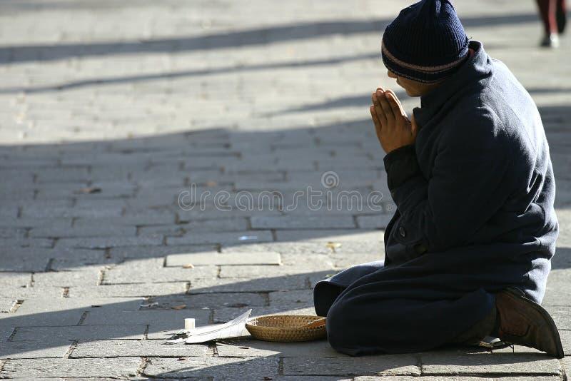 Download Heimatloser Mann stockbild. Bild von outdoor, gebet, stadt - 45991