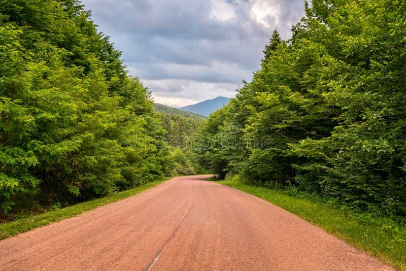 Heimweg nach einer Kampagne zu mountains1 stockfotografie