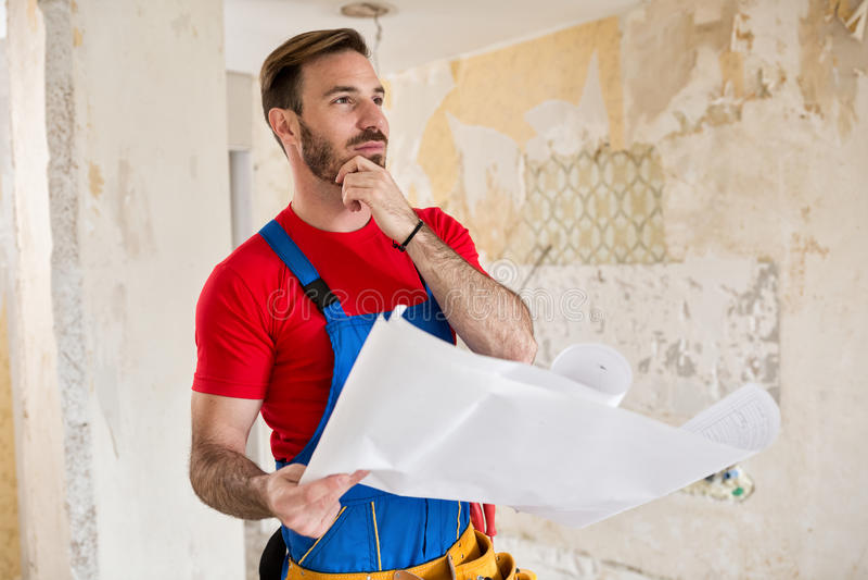 Heimwerker, der an Pläne am Haus denkt lizenzfreie stockfotos