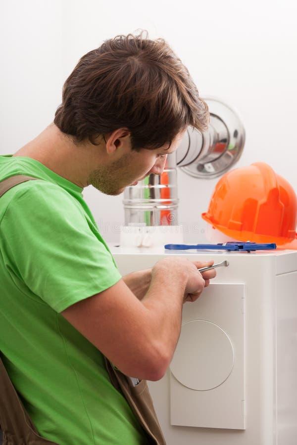 Heimwerker, der Zentralheizung repariert lizenzfreie stockbilder