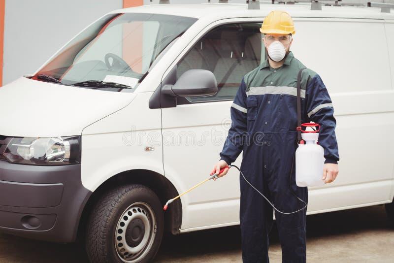 Heimwerker mit Insektenvertilgungsmittel lizenzfreie stockbilder