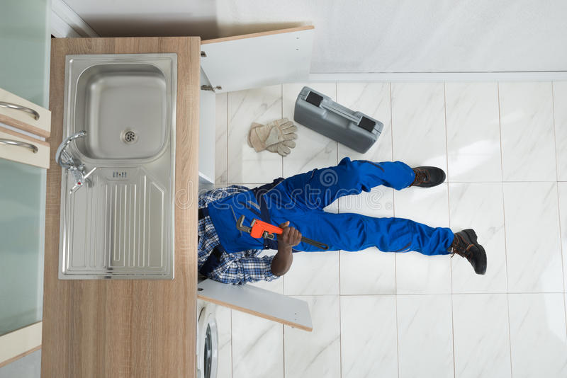 Heimwerker-Repair Sink In-Küche lizenzfreie stockbilder