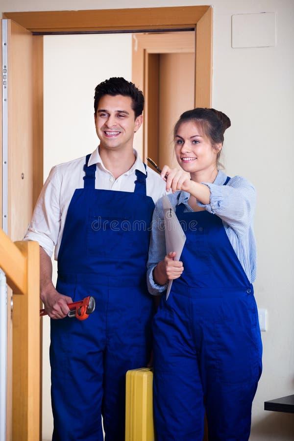 Heimwerker und Assistent in der Uniform lizenzfreie stockfotografie