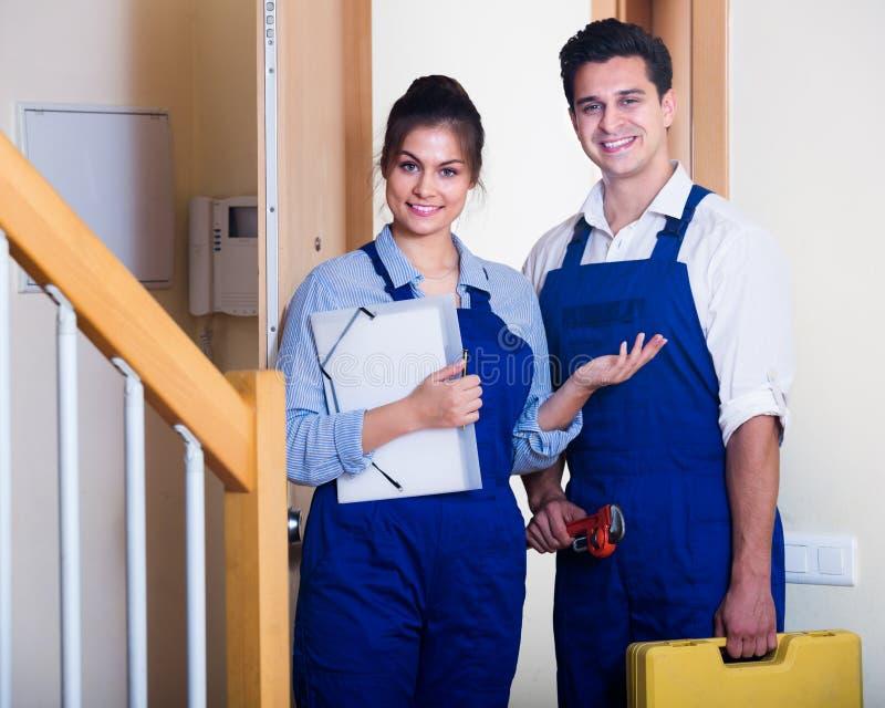 Heimwerker und Assistent in der Uniform stockfoto