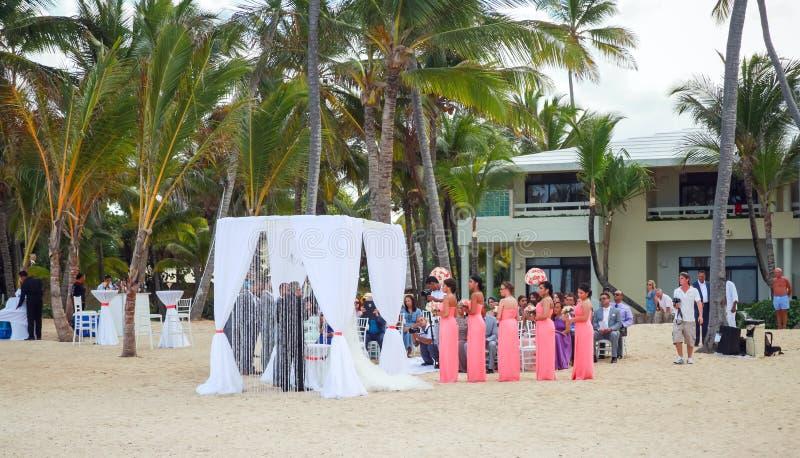 Heirat auf dem Strand von Erholungsort Punta Cana stockfoto