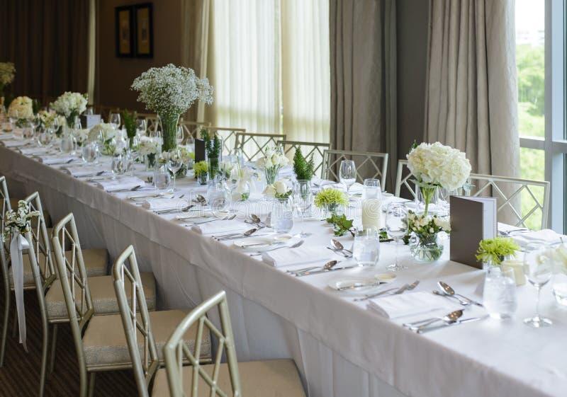 Heirat des langen Tabellensatzes des eleganten Abendessens stockfotografie