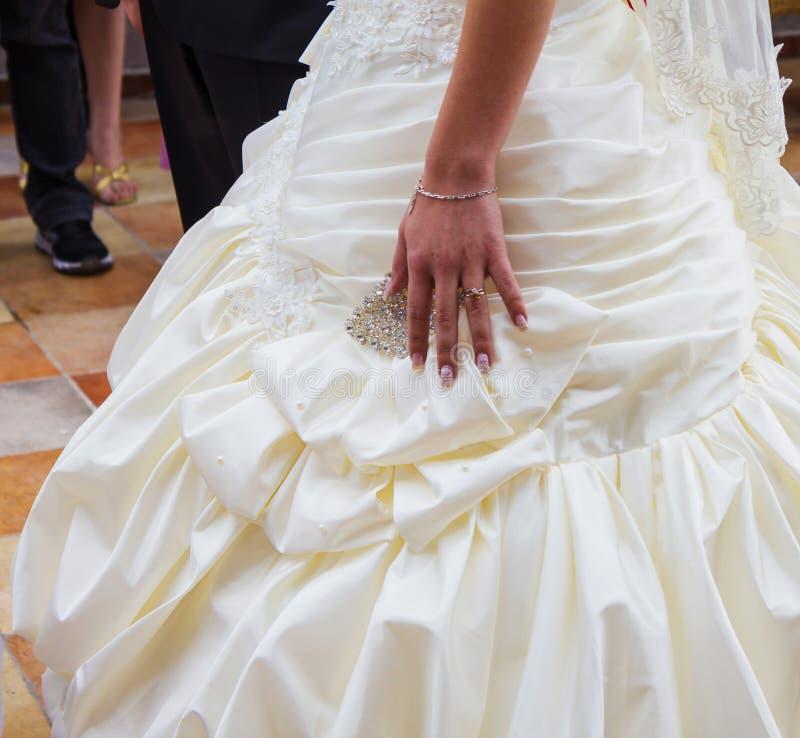 Heirat. Hand der Braut mit einem Ehering auf ihrem Kleid stockfotos