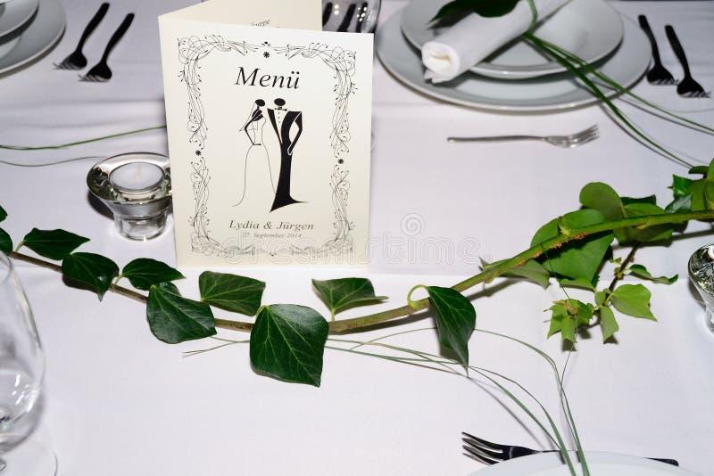 Heirat mit weißer Tabelle lizenzfreie stockfotografie