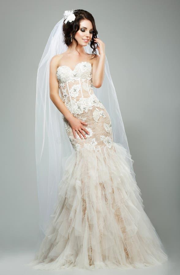 Heirat. Romantisches sinnliches Braut-Mode-Modell-Wearing Sleeveless White-Brautkleid lizenzfreie stockfotos