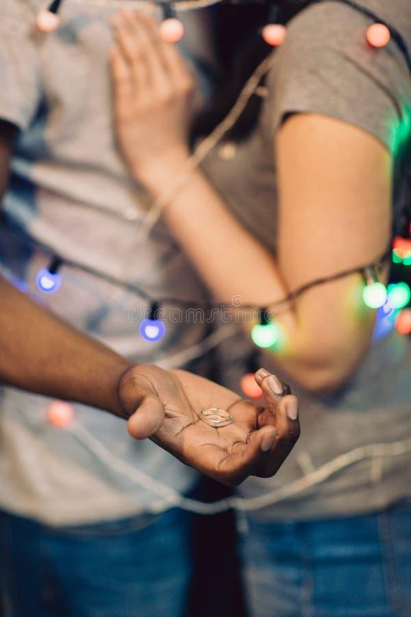 Heiratantrag, Mann mit Ring Paare in der Liebe lizenzfreie stockfotografie