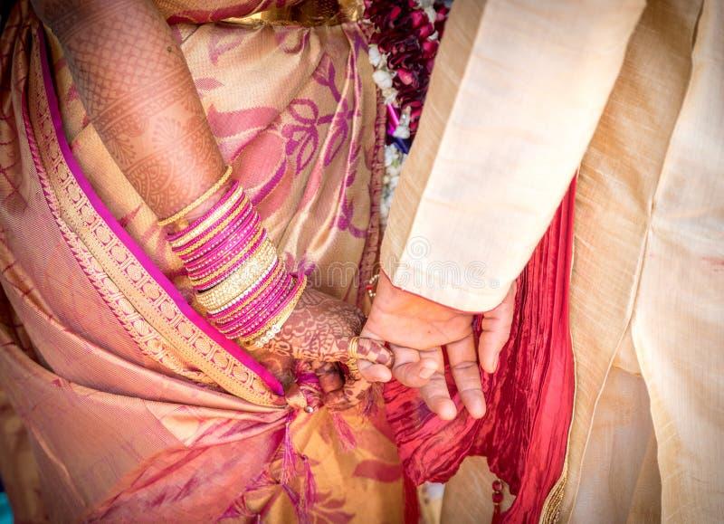 Heiraten Sie eben hindisches indisches Paarhändchenhalten lizenzfreies stockfoto